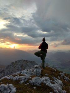 Yoga balanciert und bringt dich in deine Mitte.